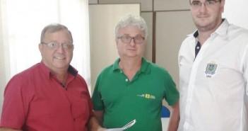 Foto - Prefeito Ricardo ao entregar documentação a José Alberto Furlan e Gustavo Henrique Zanella, da Direção de Patrimônio do Governo do Estado (1)