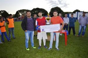 Diretor de Esportes Sérgio e o vereador Zé Pequeno entregaram o prêmio ao 3º colocado, representante da equipe do Beira Rio