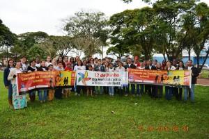 Equipes da Assistência Social, secretária Virgínia Cardoso, e parceiros ao deflagrarem a Campanha de Combate ao Trabalho Infantil.