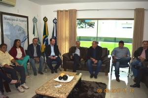 Governador Reinaldo, prefeito Ricardo, presidente do Legislativo Edilson, vereadores e secretários municipais em reunião no Gabinete do Prefeito