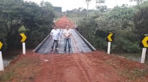 Prefeito Ricardo Fávaro, à direita e o secretário de Obras José Carlos Loro, durante a lvistoria a nova ponte construída pela Prefeitura