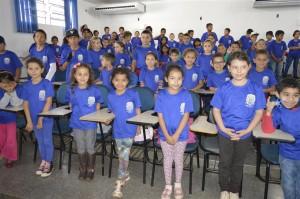 Alunos da rede municipal de ensino ganham uniformes da Prefeitura de Itaquiraí