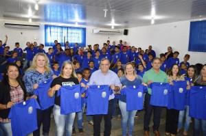 Prefeito Ricardo Fávaro e lideranças da Educação de Itaquiraí com alunos da Escola Jardim Primavera, apresentam os uniformes doados pelo Município
