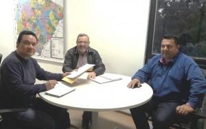 Secretário adjunto da Semagro, Ricardo SEna, recebe reivindicações do prefeito Ricardo