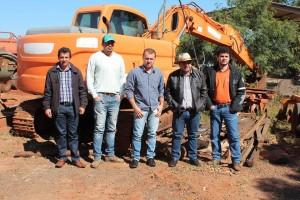 Edinho, Fernandão, Ito Milani, César Moura e Lucas, vistoriando a retroescavadeira que logo estará a disposição para o trabalho.