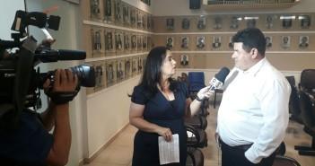 Presidente da Câmara Edilson sendo entrevistado por repórter da TV Globo MS (TV Morena).