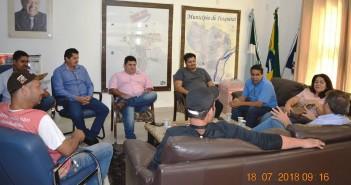 Equipe do Incra durante reunião com secretários, vereadores e técnico da Agraer de Itaquiraí, confirma trabalhos para a regularização de lotes.