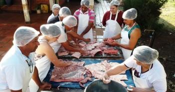 Aula prática do curso de fabricação artesanal de embutidos realizada em Itaquiuraí, tendo como matéria prima a carne suína