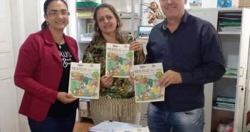 Édina Brindarolli (Conisul), Rita Fabrini (educadora ambiental), e Luiz Carlos, diretor de Meio Ambiente da Prefeitura de Itaquiraí, apresentam a cartilha que será distribuída aos alunos.
