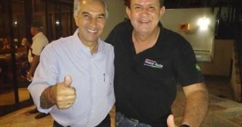 Governador Reinaldo Azambuja, à esquerda, com o deputado Eduardo Rocha, em pose para foto após reunião. (Foto: Divulgação).
