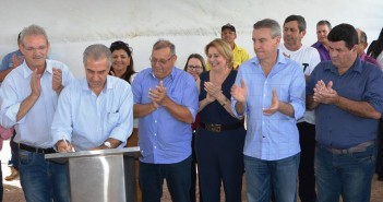 Governador Reinaldo (que na foto assina ordem de serviço de recapeamento de ruas de Itaquiraí - OBRA JÁ EXECUTADA), volta a Itaquiraí nesta quarta-feira para entrega de casas do conjunto Jardim Ipê.