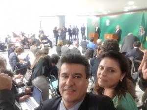 Presidente do Sindicato Rural Márcio Margatto e sua esposa prefeita de Iguatemi Dra. Patrícia, durante pronunciamento de Bolsonaro em Brasília.