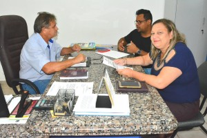 Chefe de Gabinete Eurico Ribeiro, diretor de Esportes e Lazer Sérgio Fonseca, e Secretária Valdirene Rodrigues, ao discutirem projeto do Calendário Esportivo 2019