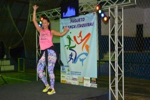 Professora Aline Rudnick ministra aula de dança na reabertura do projeto Balança Itaquiraí (1)