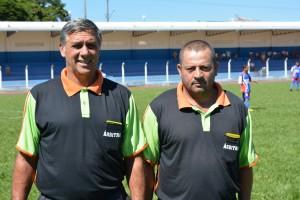 Árbitros Maurão e Bila atuaram em mais uma rodada do Campeonato Regional de Futebol Suíço Máster, no Carminatão. Foto: Roney Minella