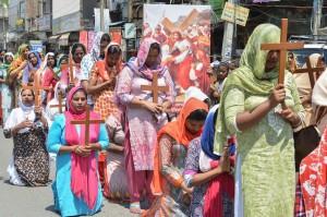 Devotos cristãos carregam cruzes de madeira durante procissão de Páscoa em Amritsar, na Índia — Foto: Narinder Nanu/AFP