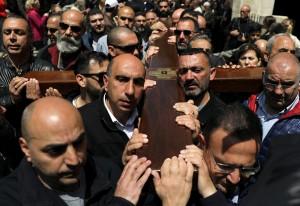 Devotos carregam uma cruz de madeira durante procissão de Sexta-Feira Santa na Via Dolorosa, na Cidade Velha de Jerusalém — Foto: Ammar Awad/Reuters