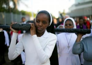 Freira carrega cruz durante procissão da Sexta-Feira Santa em Durban, na África do Sul — Foto: Rogan Ward/Reuters