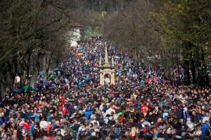 Católicos poloneses participam de procissão do santuário de Kalwaria Zebrzydowska, perto de Cracóvia, nesta sexta-feira (19) — Foto: Adrianna Bochenek/Agencja Gazeta via Reuters