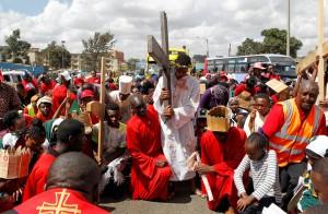 Fiéis católicos carregam cruzes de madeira reencenando os últimos momentos de Cristo antes da crucificação em procissão de Sexta-Feira Santa em Nairóbi, no Quênia — Foto: Reuters/Stringer