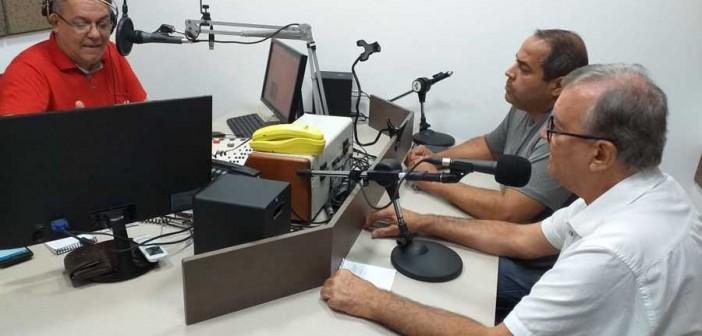 Radialista Marcão ao entrevistar autoridades da Saúde de Itaquiraí,  no estúdio da Maracaí FM. Foto: Roney Minella