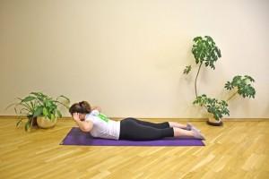 Encoste nas orelhas com a ponta dos dedos e eleve o tronco, mantendo as pernas no chão. Aí abaixe o tronco. Faça o gesto de 10 a 15 vezes, descanse por 30 a 60 segundos, e repita até 5 vezes. É uma forma de fortificar suas costas.