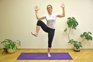 Toque o joelho com o cotovelo do mesmo lado do corpo, levantando o joelho bastante. Alterne entre os lados. E tente manter esses movimentos de 1 a 2 minutos. Descanse por 30 a 60 segundos e repita tudo até cinco vezes. De novo, a ideia é fazer você ficar ofegante, com o coração batendo mais rápido.
