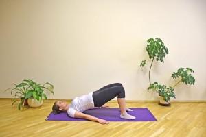 Coloque as solas dos pés inteiras no chão e levante os quadris até onde achar confortável. Aí desça devagar. Repita o gesto de 10 a 15 vezes, descanse por 30 a 60 segundo, e faça tudo de novo até 5 vezes. A atividade trabalha o bumbum.