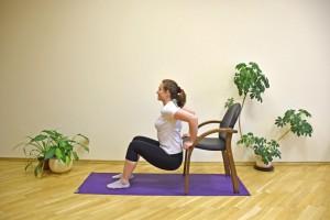 Segure na cadeira, com os pés a meio metro da cadeira, mais ou menos. Dobre os braços enquanto abaixa os quadris até quase tocar no chão. Aí erga o corpo com os braços. Realize o gesto de 10 a 15 vezes, descanse de 30 a 60 segundos, e repita até 5 vezes. Isso fortalece o tríceps.