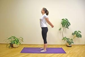 É hora dos alongamentos! Entrelace os dedos com as mãos nas costas. Estique os braços e expanda o peitoral. Mantenha essa posição de 20 a 30 segundos (ou mais). Essa posição alonga o peito e os ombros.