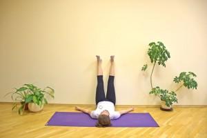 Leve seus quadris para perto da parede (de 5 a 10 centímetros), estique as pernas e deixe-as descansarem na parede. Feche os olhos, relaxa o corpo e respire lentamente. Concentre-se na respiração e não fique focado em um único pensamento ou preocupação. Mantenha-se assim por 5 minutos. Essa posição serve para relaxar.