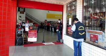 Fiscal Municipal em visita a supermercado de Itaquiraí, anota medidas encontradas já adotadas por comerciante.