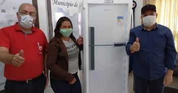Vanderléia Simões, moradora do assentamento Santo Antônio, foi a feliz ganhadora do 1º prêmio, uma geladeira Brastemp - 375L, em sorteio feito pela rádio Maracaí. Ela recebeu o prêmio entregue pelo prefeito Ricardo Fávaro (à direita) e Macão da Maracaí. Foto: Guiomar Biondo