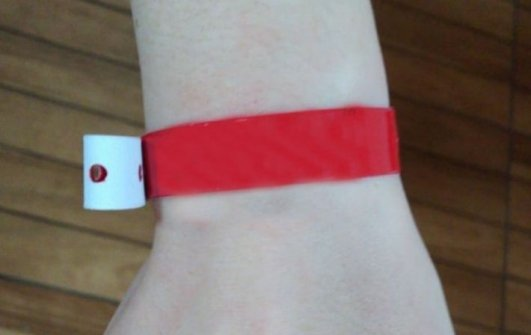 Paciente com diagnóstico positivo para coronavírus usaria uma pulseira vermelha. (Foto: Divulgação Prefeitura de Água Clara).