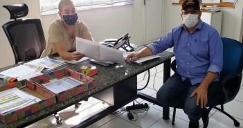 Secretária de Habitação de MS, Maria do Carmo, ao receber as demandas de Itaquiraí apresentadas pelo prefeito Ricardo Fávaro. Foto: Divulgação