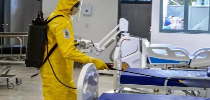 Soldado do Exército faz desinfecção em leitos do Hospital da Vida (Foto: Divulgação)