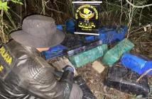 Policial do DOF no local onde foram encontrados os fardos de maconha (Foto: Divulgação)