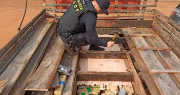 Policial retira fundo falso que escondia carga de maconha (Foto: Divulgação/DOF)