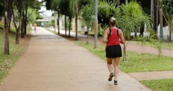 Mulher correndo na Orla Morena em Campo Grande. (Foto: Leonardo de França)