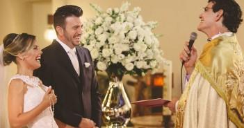 """""""O perdão é a chave de um relacionamento de sucesso"""", diz padre que realizou o casamento da cantora Thaeme - (Caroline Cerutti)"""